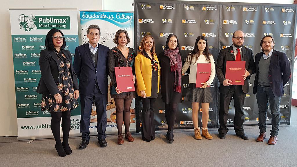 Las y los premiados junto a la consejera Mayte Pérez. Foto: DGA