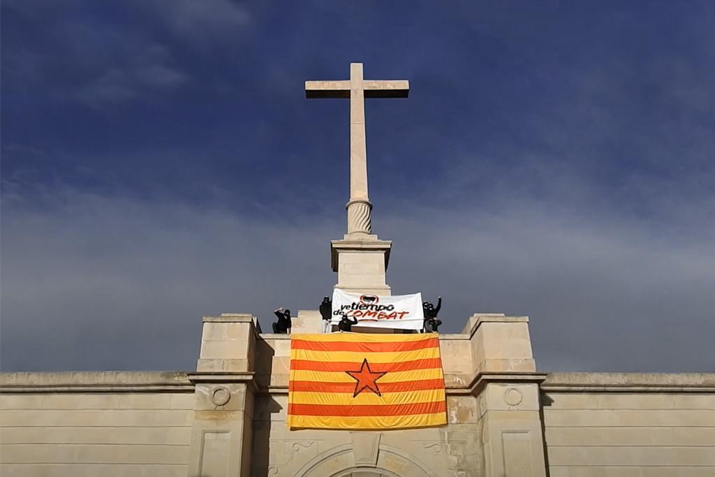 Purna realiza una acción de denuncia contra «el monumento fascista del cementerio de Torrero y la Constitución española»
