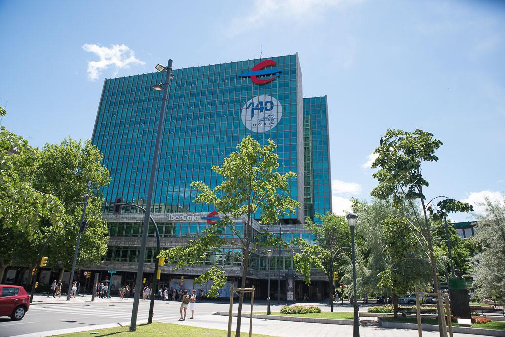 Subdelegación del Gobierno ratifica la sanción de 300 euros a dos activistas de PAH Fraga por colocar pegatinas en una entidad bancaria tras un desahucio