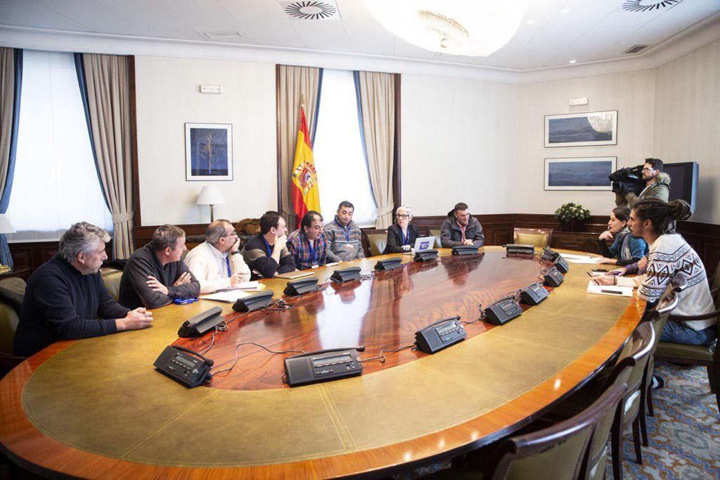 Reunión en el Congreso entre Unidos Podemos y las trabajadoras y trabajadores amenazados por el cierre de las centrales térmicas de Andorra (Teruel) y de Cubillos del Sil (León).