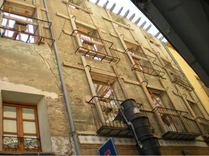 Apudepa denuncia el derribo de una fachada con pinturas modernistas de un edificio singular de Tarazona