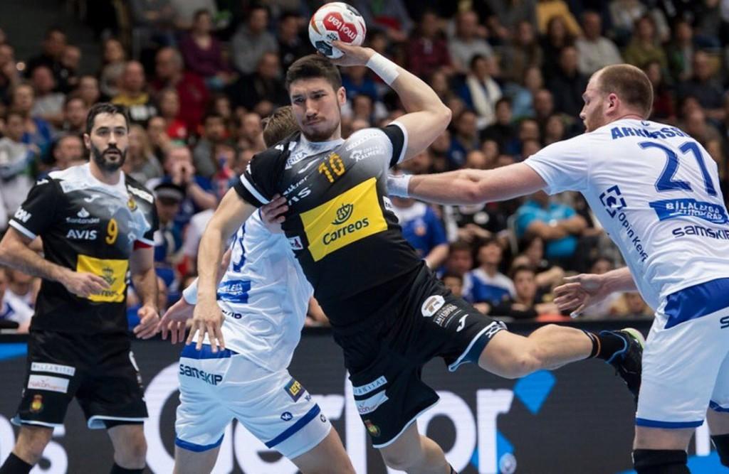 El cántabro Alex Dujshebaev (con el balón) y el asturiano y capitán de la selección española Raúl Entrerríos (número 9). Foto: IHF