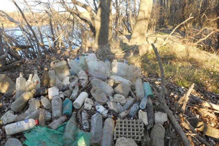 Organizan una jornada de limpieza de plásticos en la Mejana de Ranillas