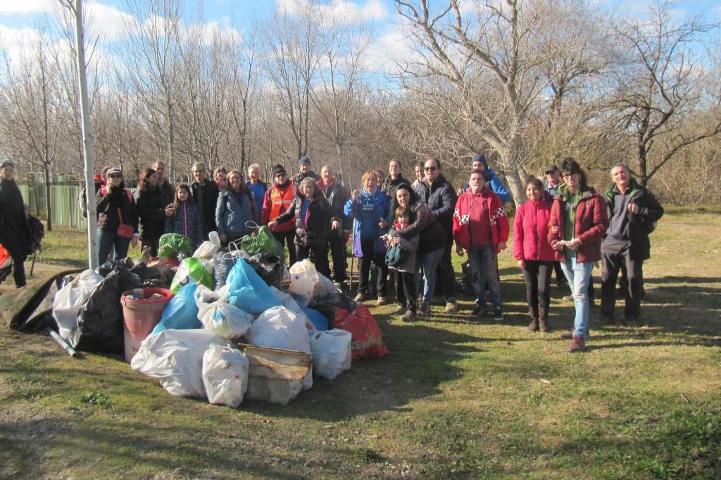 Alrededor de 100 personas acuden a la convocatoria de diferentes grupos ecologistas para recoger los plásticos de la isla de Ranillas