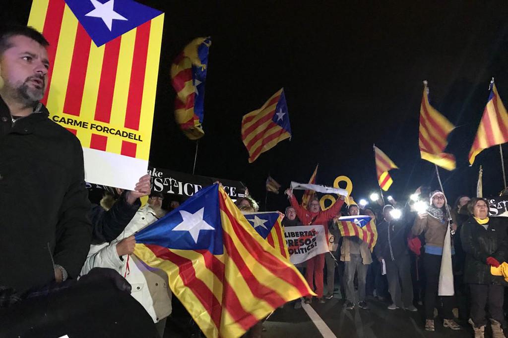 """Decenas de personas arropan a los presos catalanes en su traslado a Madrid para el macrojuicio del 1-O donde defenderán """"los derechos y libertades fundamentales"""""""