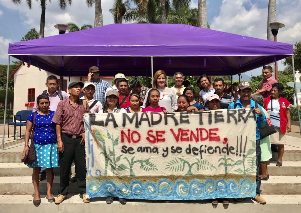 Karina Sosa, en el centro, en un acto del FMLN. Foto: @FMLNoficial