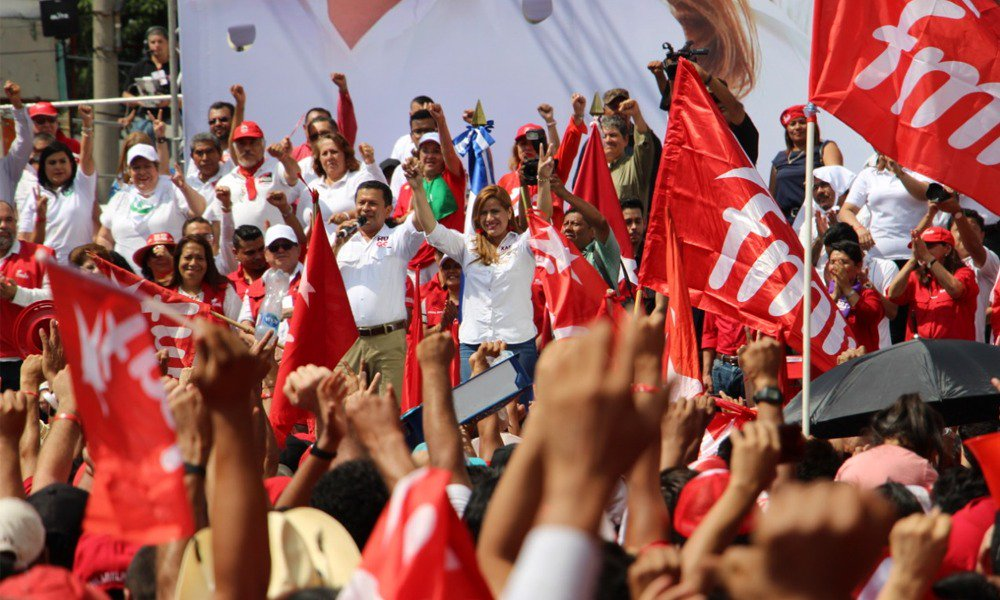 Hugo Martínez y Katrina Sosa en el acto de fin de campaña. Foto: @FMLNoficial