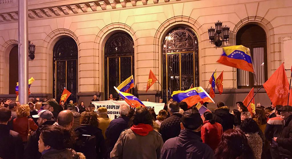 Centenares de personas se concentran en Zaragoza con el lema 'Contra el golpe, Venezuela se defiende'