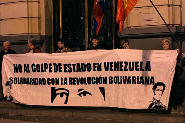 Concentración en Zaragoza contra el golpe en Venezuela. Foto: PCE Aragón