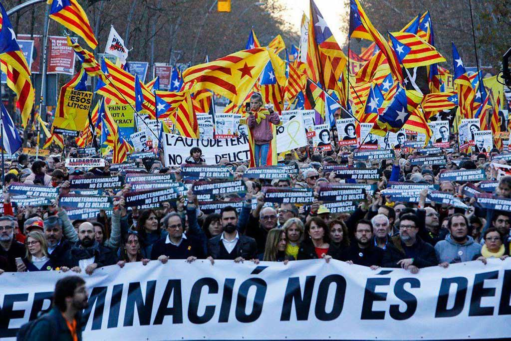 Decenas de miles de personas se manifiestan en Barcelona en contra del juicio del procés