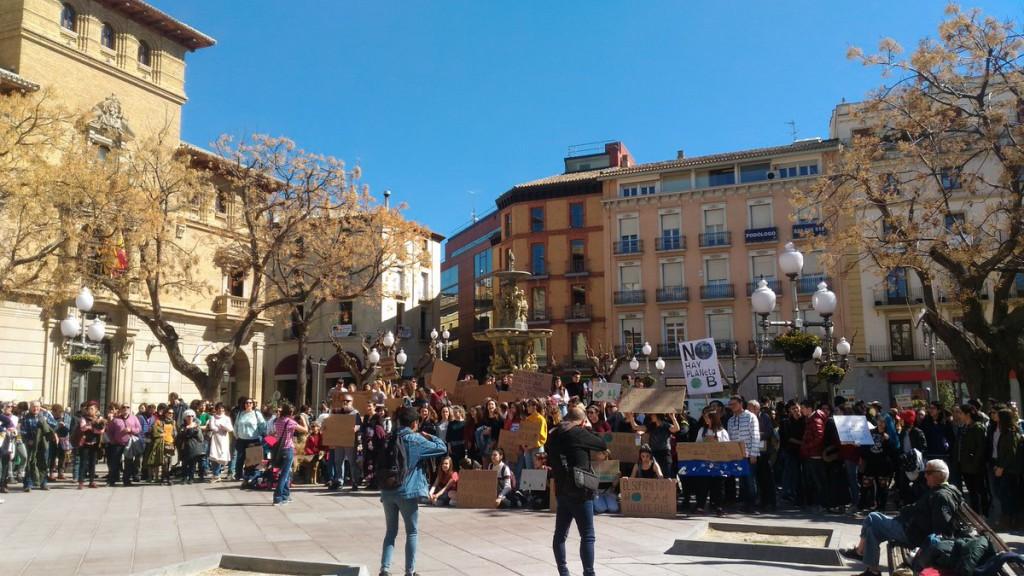 """Alrededor de 150 personas se concentran en Uesca contra el cambio climático y en protesta por la """"inacción de la clase política"""""""
