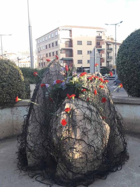 Monumento de la plaza 3 de Marzo tras la ofrenda de flores. Foto de @SeralRoberto.