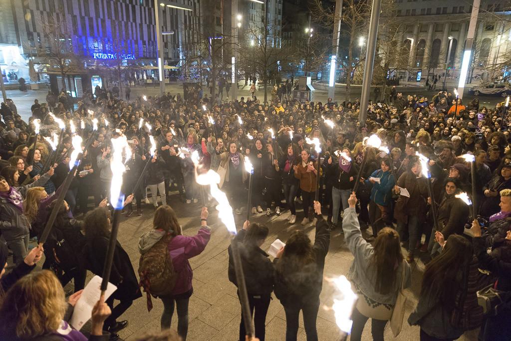 """[FOTOS] Zaragoza inicia la huelga feminista con una """"noche morada"""""""