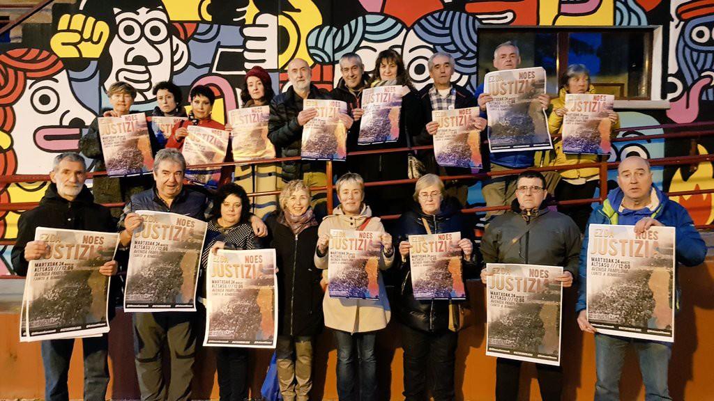 Familiares de los jóvenes condenados con los carteles de la movilización de este domingo. Foto: @Altsasugurasoak