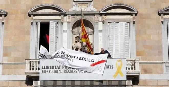 """La Generalitat sustituye la pancarta por la libertad de los """"presos políticos y exiliados"""" con el diseño del lazo en blanco"""