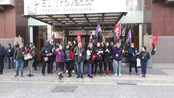 Piquete de CGT e Intersindical en el Trovador de Zaragoza durante la huelga del 8M. Foto: @arainfonoticias