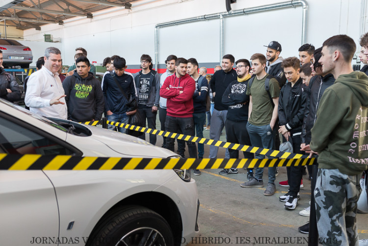 El IES Miralbueno organiza una jornada sobre vehículos híbridos y eléctricos