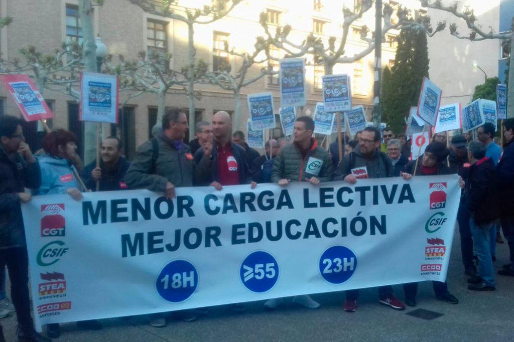 Cerca de 300 docentes se manifiestan en Zaragoza para exigir más profesorado para la enseñanza pública