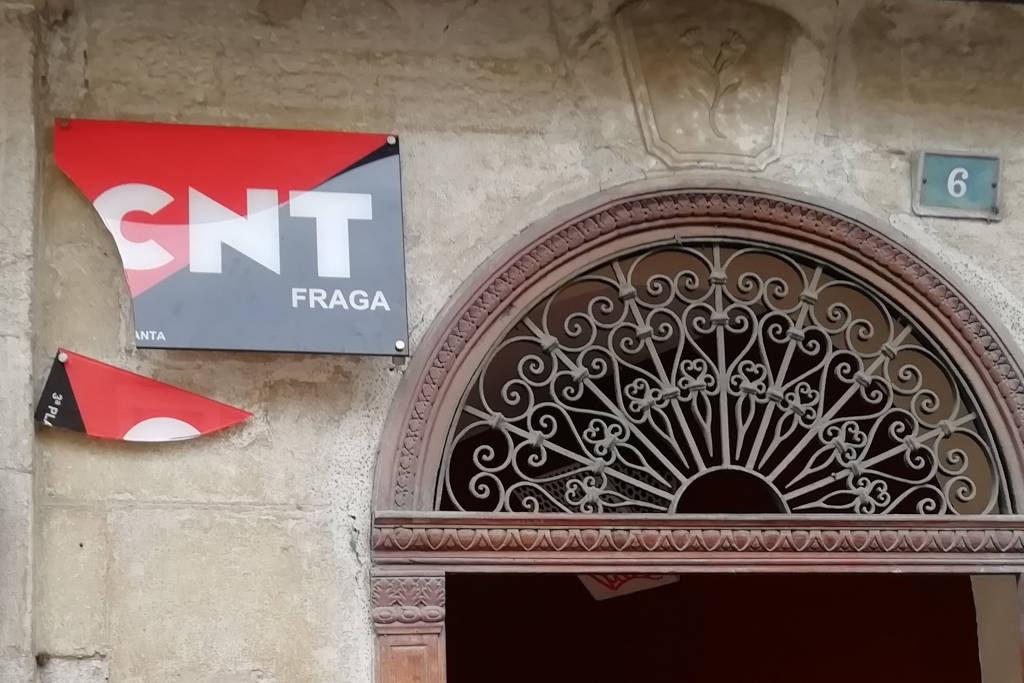 Arrancan y destrozan el cartel en la sede de CNT de Fraga