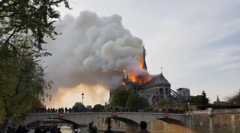 Los bomberos dan por extinguido el devastador incendio de la catedral de Notre Dame de París