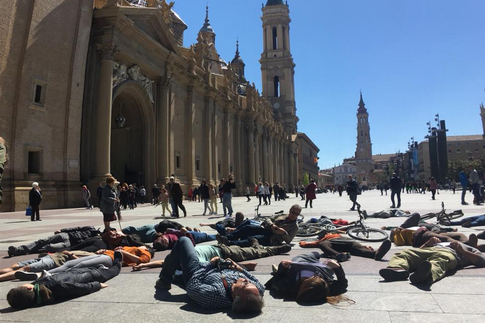 """Extinction Rebellion Zaragoza escenifica en la plaza del Pilar la """"muerte"""" de la humanidad por la crisis ecológica"""