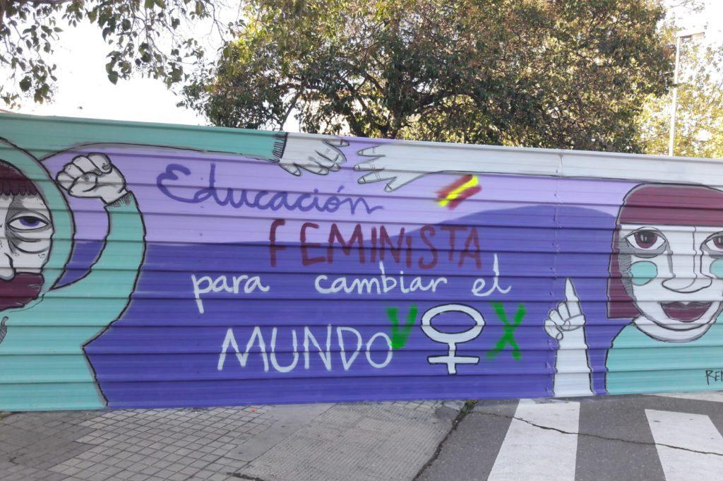 Pintadas firmadas como Vox vandalizan el campus de la Universidad de Zaragoza