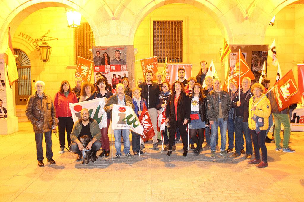 """Ganar Teruel – IU comienza una """"apasionante"""" campaña con la tradicional pegada de carteles en la Plaza San Juan"""