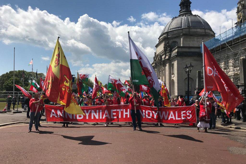 Miles de personas se manifiestan en Cardiff por la independencia de Gales
