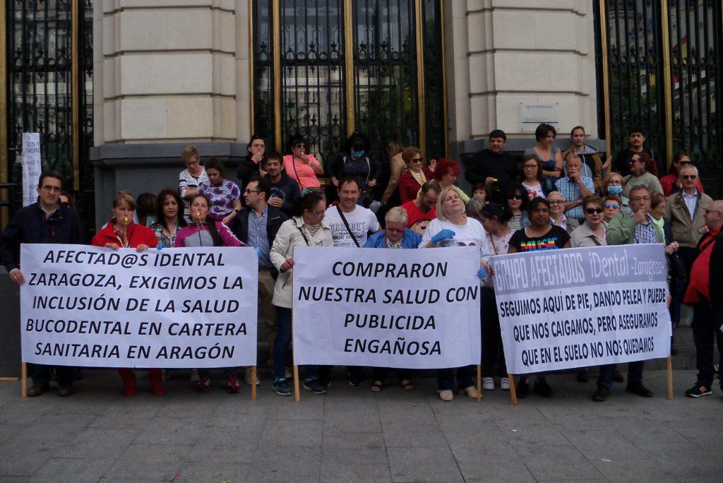 Las personas afectadas por iDental se concentran para que se declare la 'Emergencia Sanitaria' en Zaragoza