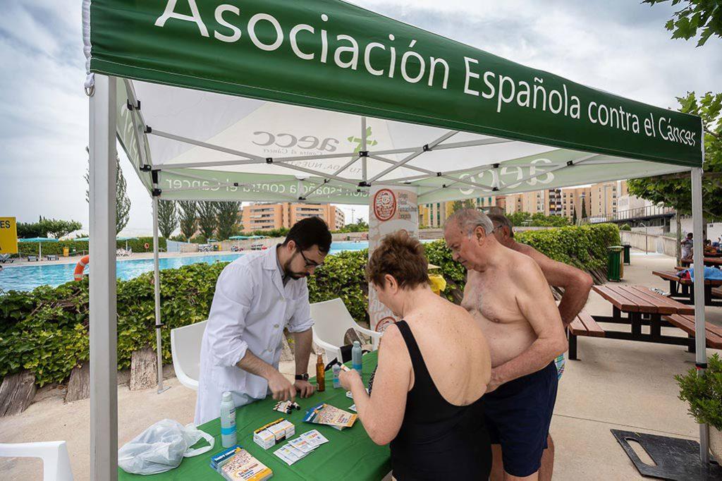 Las piscinas municipales de Zaragoza se implican en la prevención del cáncer de piel con la campaña 'Sol sin riesgo'