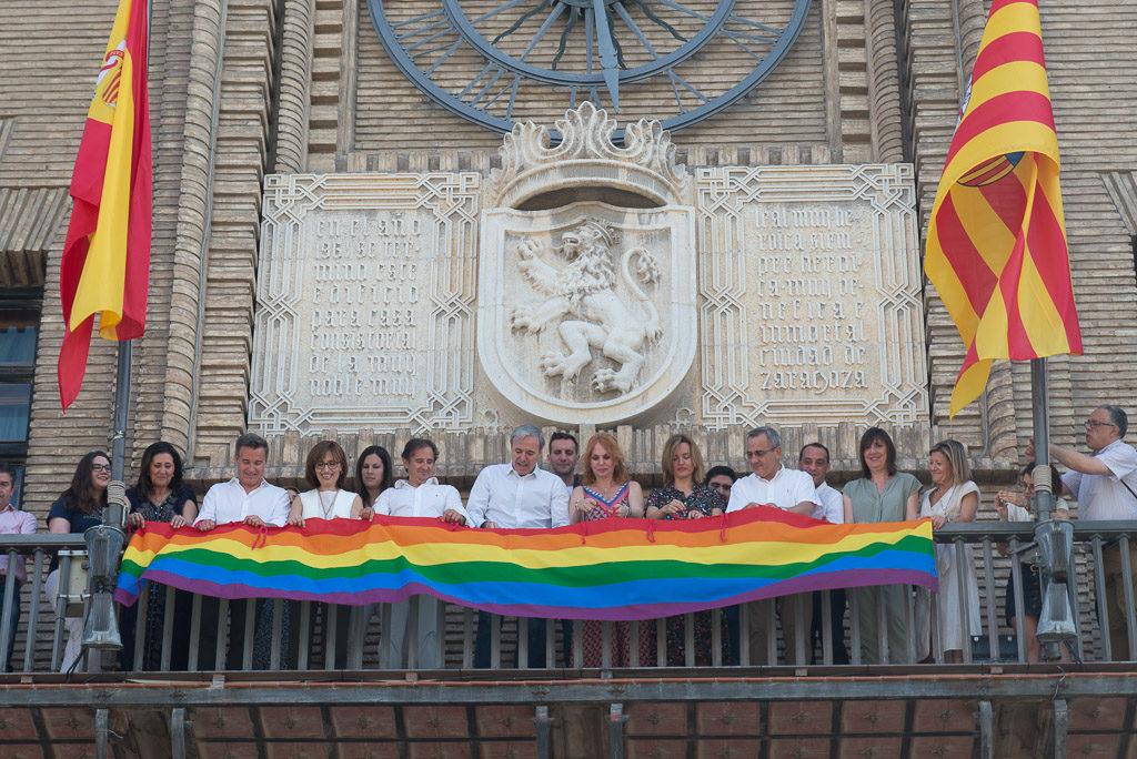 El PP, Cs y PSOE cuelgan la bandera LGTBIQ+ en silencio y sin el apoyo de la Asamblea 28J