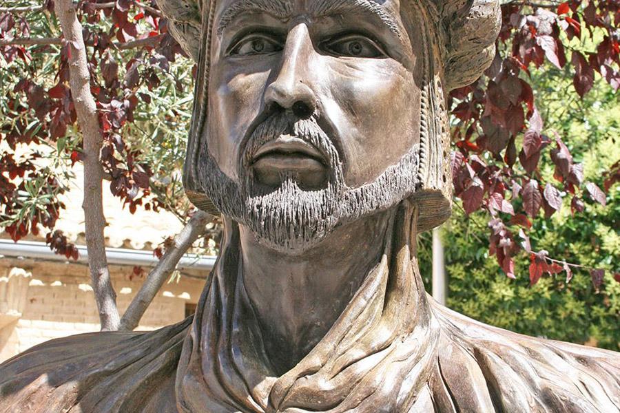 Vox, en una medida islamófoba, ordena retirar el busto de Abderraman III en Cadrete