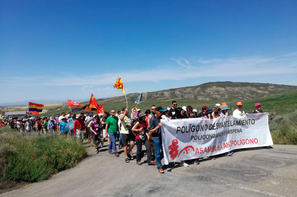 300 personas marchan contra el polígono de tiro de las Bardenas con Gladys en la memoria