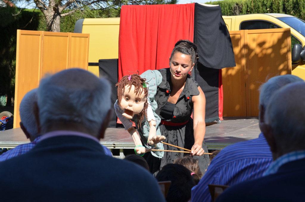 Imaginaria lleva su teatro pedagógico y su 'arteterapia' a escolares y ancianos