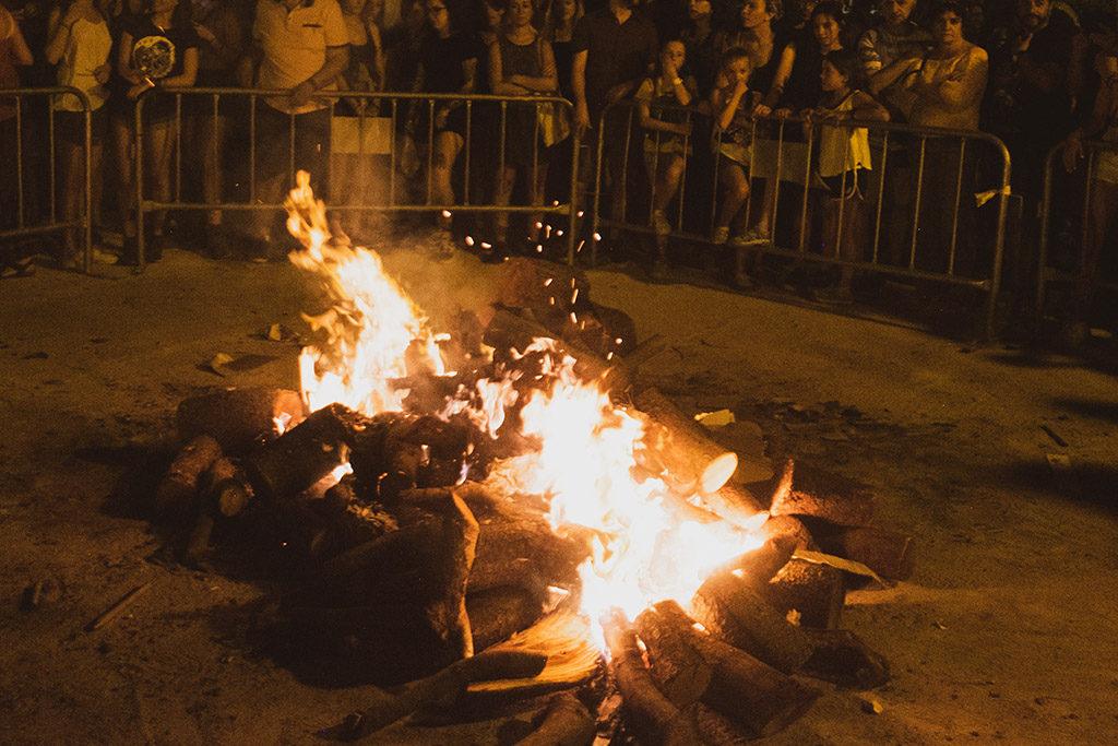 Vecinos y vecinas de la Madalena se organizan para encender la hoguera de San Juan y protestar contra la prohibición