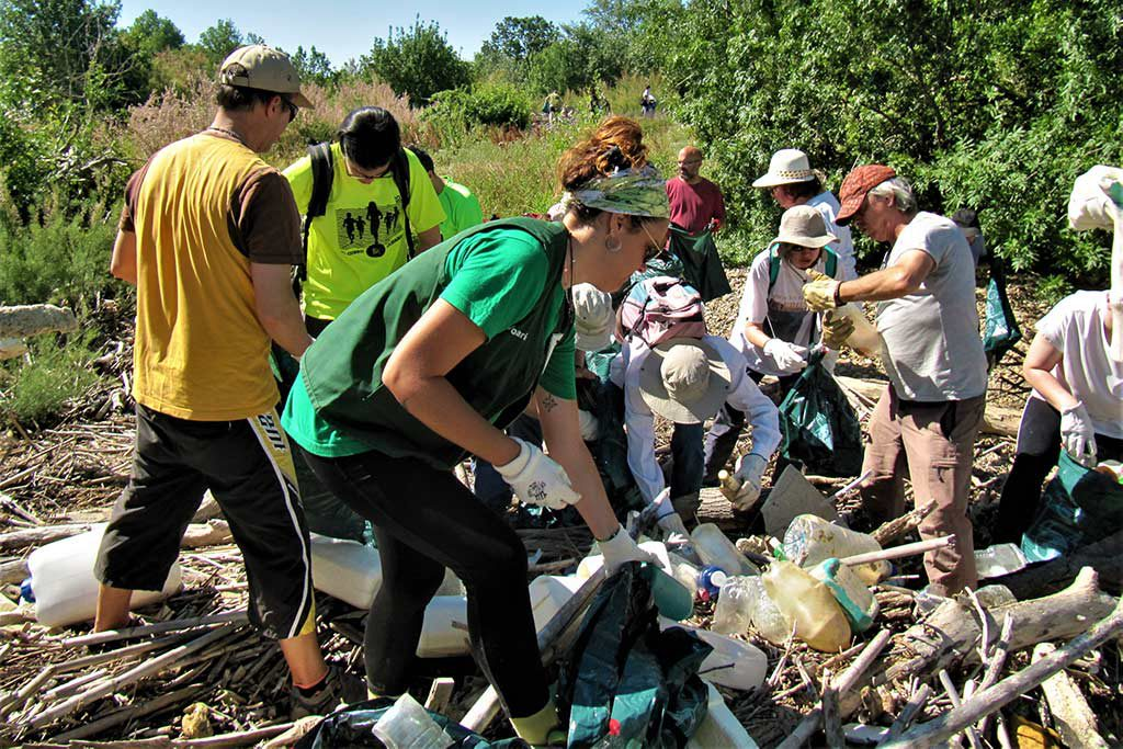 Más de 50 personas recogen alrededor de 3.000 botellas de plástico en los Galachos de la Alfranca