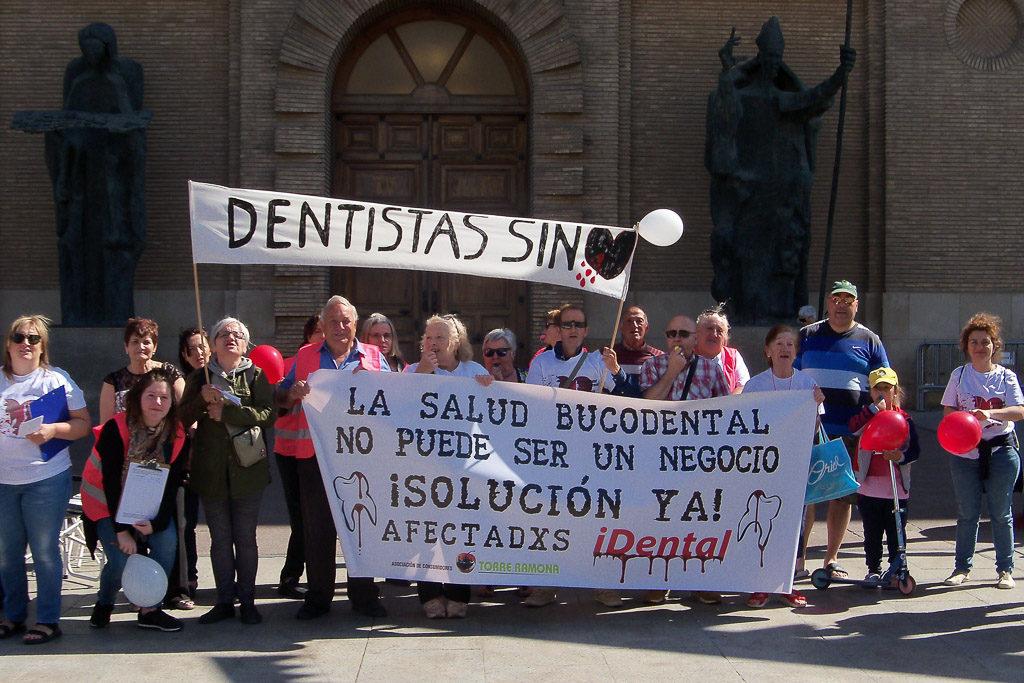 Personas afectadas por iDental se concentran en las puertas del Ayuntamiento de Zaragoza para exigir una «solución ya»