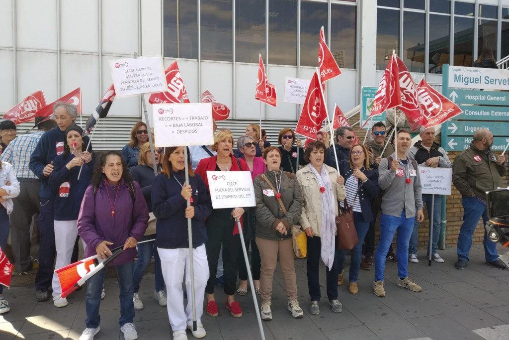 Las empleadas de limpieza del Miguel Servet exigen la readmisión de cuatro compañeras despedidas