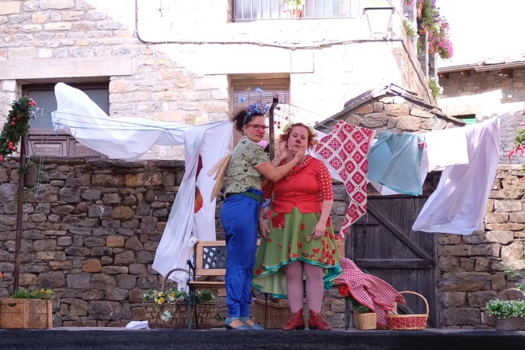 El rockabilly y el teatro conquistan a un público familiar del Festival Castillo de L'Aínsa que se despide este domingo