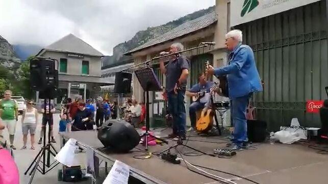 La Guardia Civil abre expediente contra Adebán porinterpretar la canción 'Arriba, abajo, mandaremos al rey al carajo'