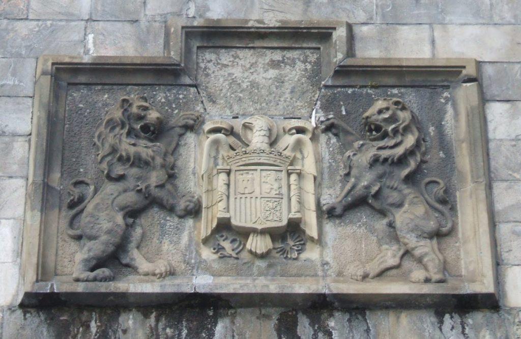Canfranc, libre de los escudos franquistas