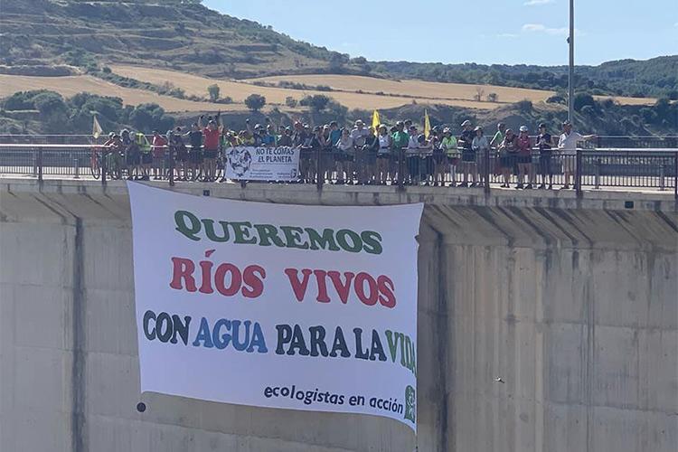 La 9ª Ecomarcha llega a Samianigo para conocer la iniciativa que impide la implatación de macrogranjas