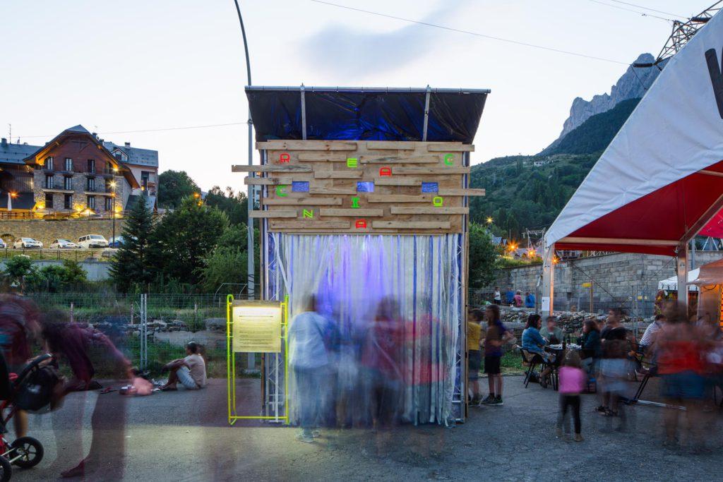 Reacciona, una instalación artística en Pirineos Sur que te envuelve en plásticos para que reflexiones sobre su consumo excesivo