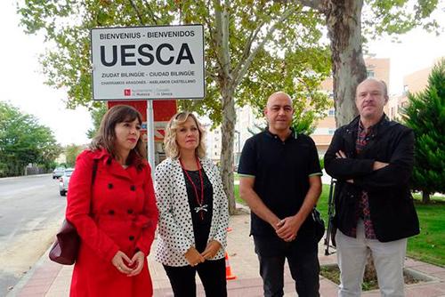 La derecha y la ultraderecha desprecian el aragonés y aprueban retirar los carteles de 'Uesca, ziudat bilingüe'