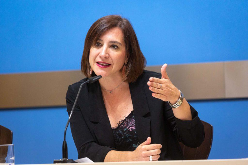 Fernández asegura que es precipitado cancelar el acto de la fundadora de Vox en la que llama al feminismo «carcunda liberticia»