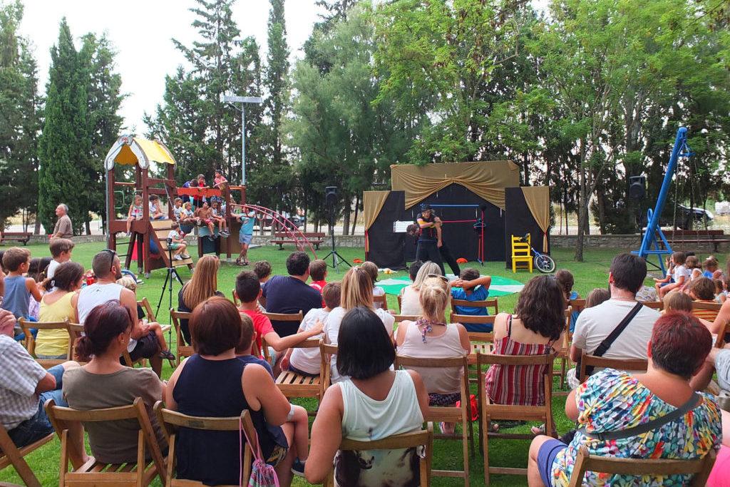 'Tardienta al fresco' desafía a la gravedad con acrobacias y malabares para todos los públicos