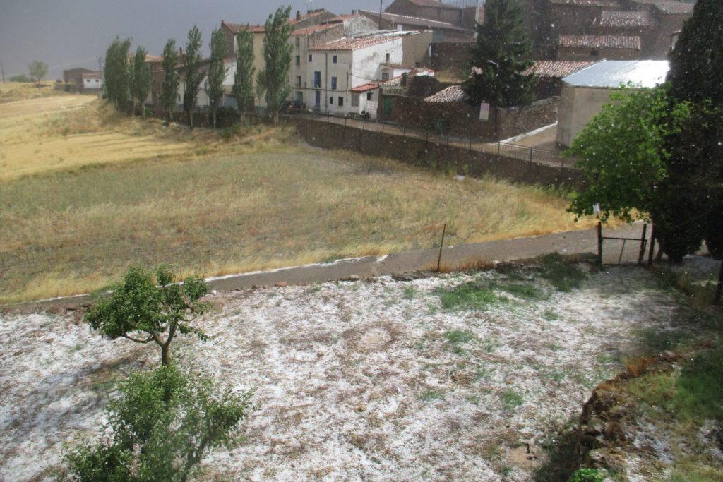 Una tormenta provoca una espectacular granizada en Malanquiella