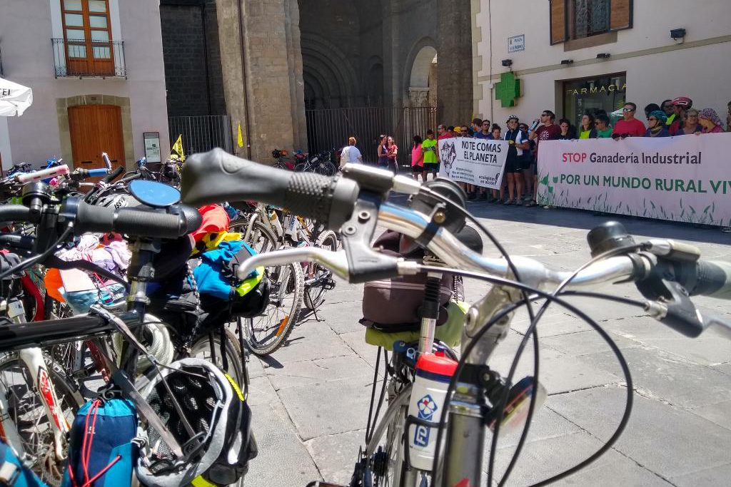 Un encuentro con Fridays for Future pone fin a la ruta ciclista de Ecologistas en Acción