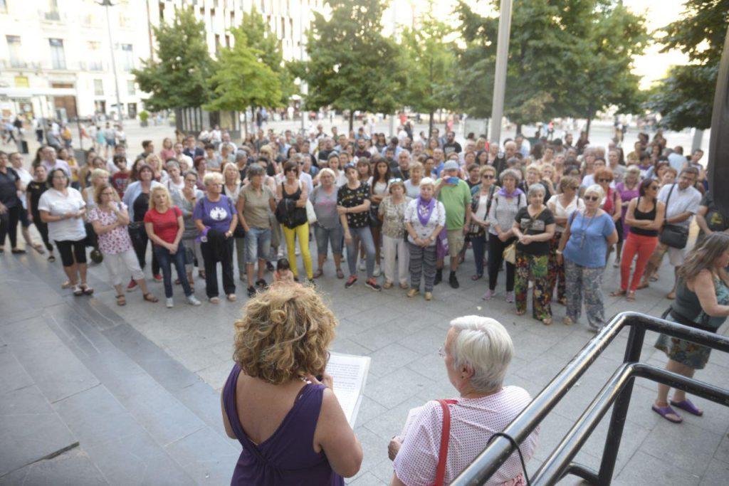 Un centenar de personas denuncian el feminicidio de una antigua vecina de Zaragoza en Cantabria