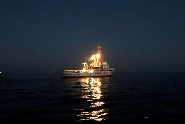 Las personas rescatadas por el Open Arms pasan su primera noche en tierra mientras que la embarcación abandona Lampedusa